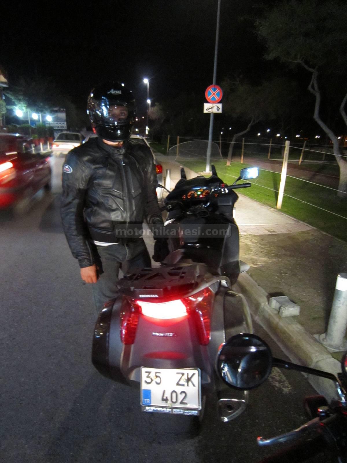 Honda NT700V Deauville Yolgezen gece arkadan görünüş