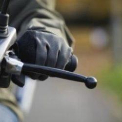 motosiklet fren maneti kolu, deri eldivenli sürücü sol elciği tutuyor