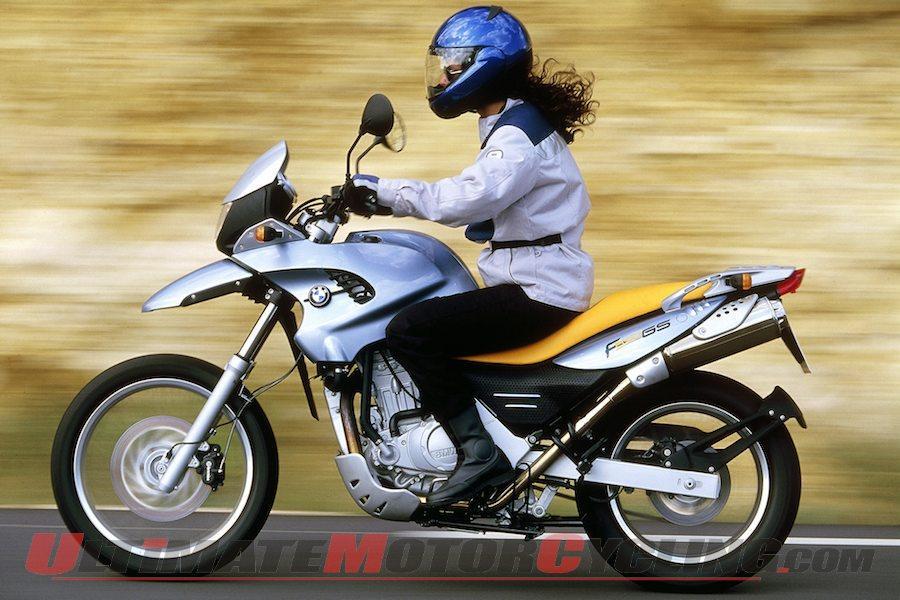 kadın sürücü motosiklet üzerinde doğru postür ile doğru şekilde oturuyor