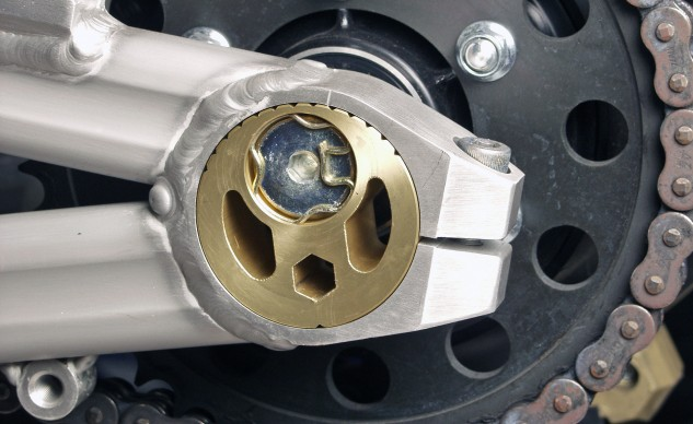 Motosiklet Zincir Gerginlik Ayarı 6 - Merkezden kaçık (egzantrik) ayar somunu