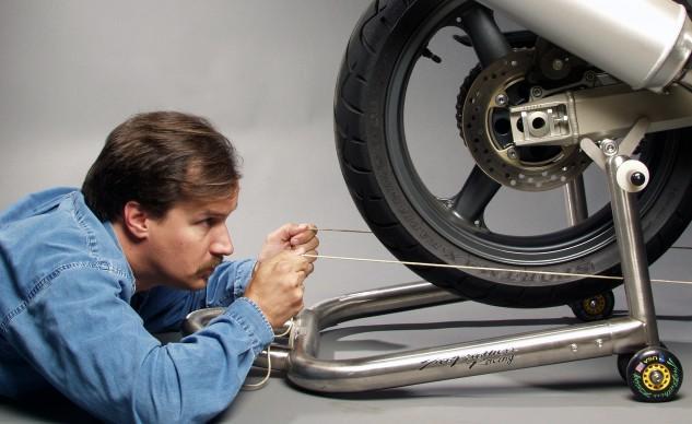 Motosiklet Zincir Gerginlik Ayarı 6 - Arka teker düzgünlüğü