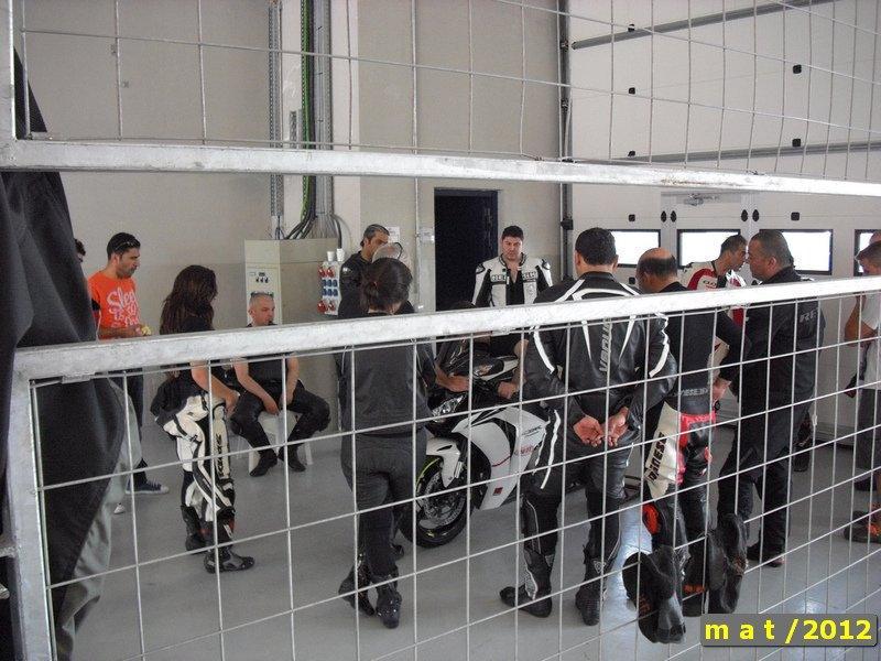 California Superbike School - Motosiklet Pist Eğitimi - Motosiklet başında ders