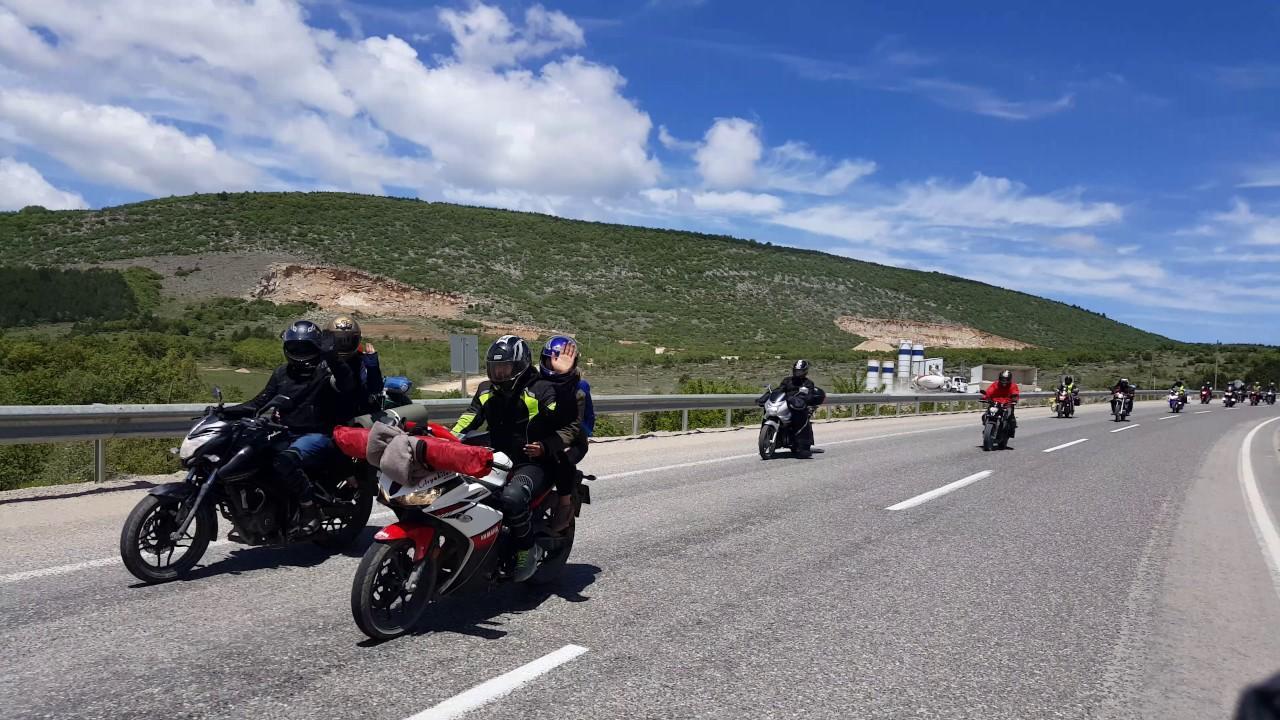 toplu sürüş yapan motosikletçiler