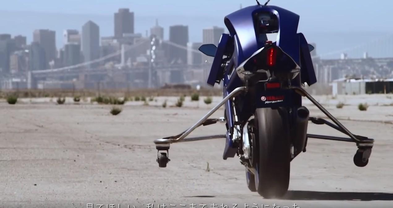 YAMAHA ROBOT MOTOSİKLETİ - arkadan görünüş