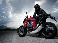 yol kenarında düşünen motosilet sürücüsü