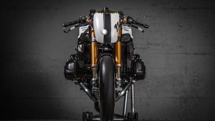 """VTR Custom, Özel Yapım Motosiklet - BMW R1200 R LC """"Veneno Blanco"""" Önden Görünüş"""