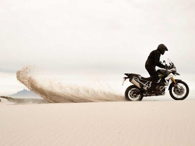 Tiger 900 2020 modeli çölde kum atarken
