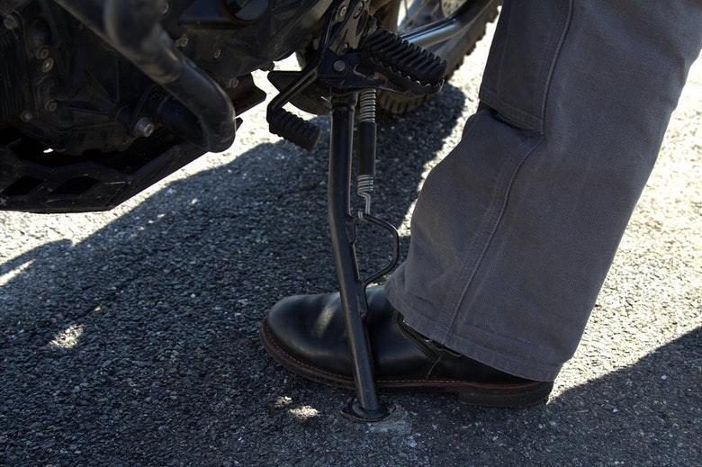 motosiklet yan ayakta döndürmek için ayağı yerleştirme