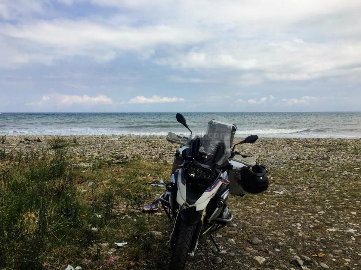 R1200GS-Sinop uzun yol değerlendirme - Yeşilyurt-sahili - kafadan görünüş plajda