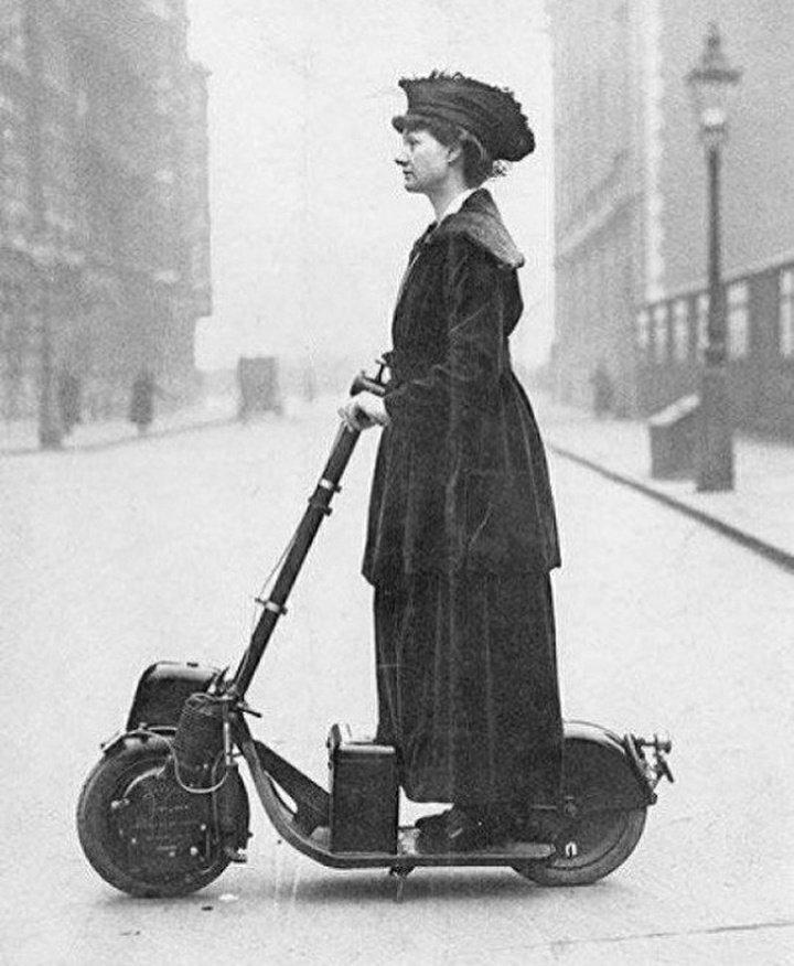 1900'ler elektrikli scooter siyah-beyaz. elektrikli araçların tarihi